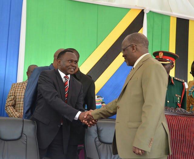 Rais Magufuli akisalimiana na mbunge wa Iringa mjini (CHADEMA) Mh. Peter Msigwa